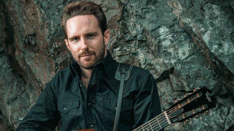 Florian Roth alias Florian Fox posiert mit seiner akustischen Gitarre. (Bild: PD (Rob Lewis Photography))