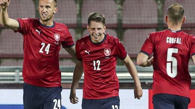 Ich trage sein Trikot: Lukas Masopust (Mitte) mit guter Laune. (Keystone)