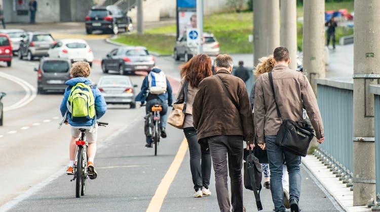 Mehr Platz für Velos und Fussgänger zu Lasten der Autofahrer. Zusammen mit den Grünliberalen können die Linken ihre Forderungen durchsetzen. (Nicole Nars-Zimmer)
