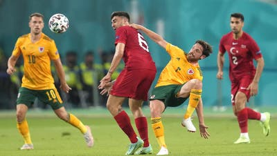 epa09277227 Ozan Tufan (C-L) of Turkey in action against Joe Allen (C-R) of Wales during the UEFA EURO 2020 group A preliminary round soccer match between Turkey and Wales in Baku, Azerbaijan, 16 June 2021.  EPA/Darko Vojinovic / POOL (RESTRICTIONS: For editorial news reporting purposes only. Images must appear as still images and must not emulate match action video footage. Photographs published in online publications shall have an interval of at least 20 seconds between the posting.) (Darko Vojinovic / Pool / EPA)