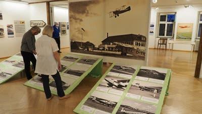 Die Ausstellung im Birsfelder Museum zeigt Bilder des Flugplatzes Sternenfeld. (Boris Burkhardt)