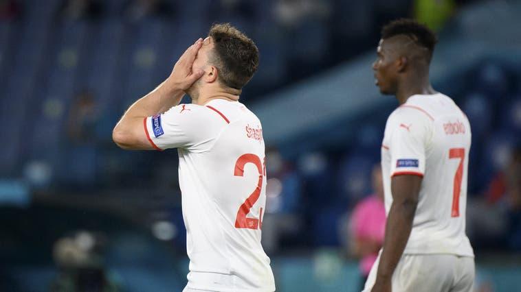 Das war zu wenig: Xherdan Shaqiri und Co. haben gegen Italien keine Chance. (Jean-Christophe Bott / KEYSTONE)