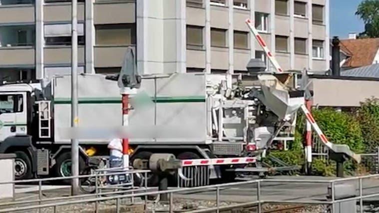 Lastwagenfahrer zerstört Barriere