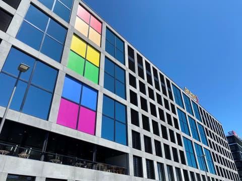 Die Regenbogenfarben zieren diesen Monat auch das Post-Hauptgebäude in Bern.