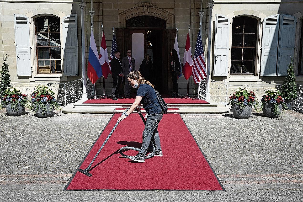 12.35 Uhr: Der rote Teppich wird noch ein letztes Mal gereinigt.
