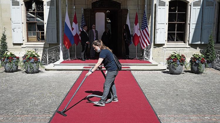 12.35 Uhr: Der rote Teppich wird noch ein letztes Mal gereinigt. (AP Photo)