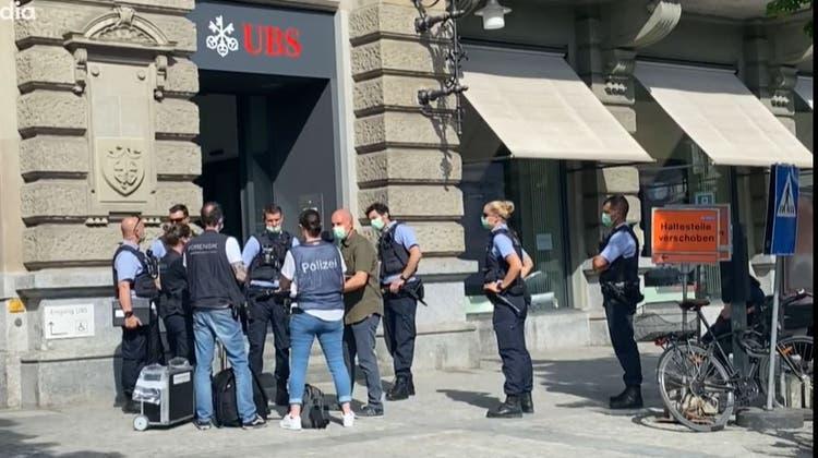 Der Maskierte bedrohte die Angestellten der UBS mit einer Stichwaffe, wie die Stadtpolizei mitteilte. Verletzt wurde niemand. (Archivbild: Melanie Duchene/Keystone)