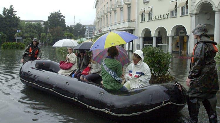 Gut vorbereitet: Rekruten im Einsatz auf der überschwemmten Piazza Grande in Locarno. (Archivbild) (Keystone)