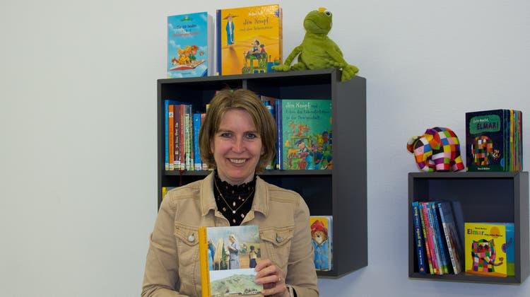 Die Dottiker Bibliotheksleiterin Jacqueline Luzio mit ihrem Buchtipp: Es sei nicht nur sehr spannend, sondern handle von ihrer eigenen Tante, Schwester Gaudentia. (Verena Schmidtke)