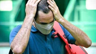 Nachdenklich und geknickt: Roger Federer in Halle. (Sascha Steinbach / EPA)