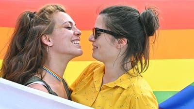 Schweizer Grosskonzerne setzen sich intern zunehmend für ein besseres Arbeitsklima ein, das die Anliegen von LGBTQI+-Personen berücksichtigt. Doch nach aussen tun sie sich mit ihrem Engagement schwer. (Bild: Alessandro Di Marco / EPA)