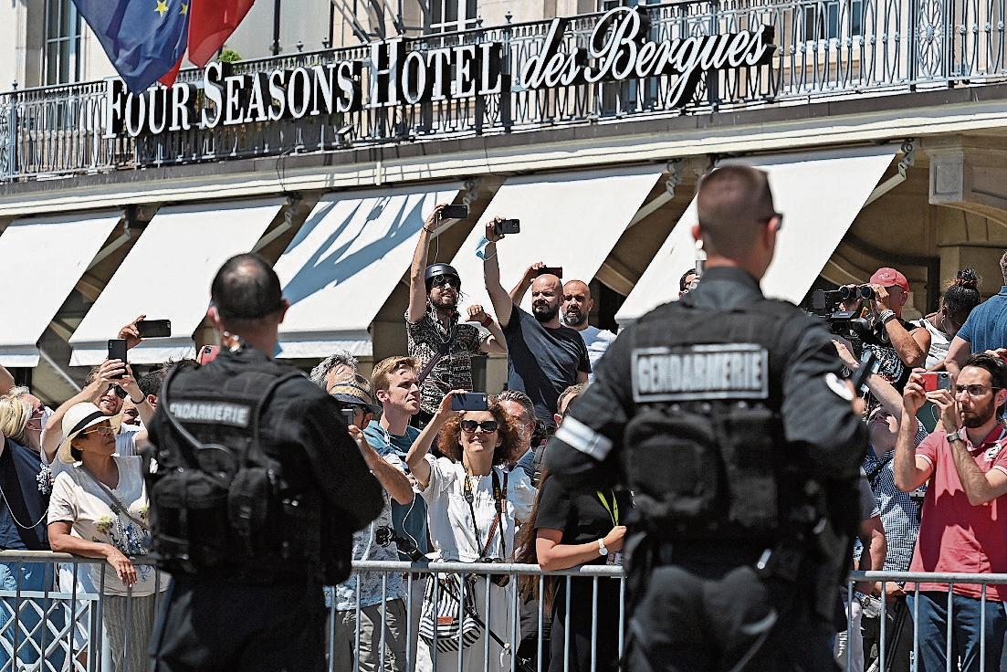12.53 Uhr: Präsidentenparade Putins Autokarawane kommt zuerst, Biden folgt kurz darauf.