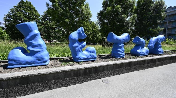 """""""Jetzt"""" ist Zeit für ein Stellenmoratorium, meinen die bürgerlichen Fraktionen. Skulptur dieses Namens von Fabio Luks beim Stadthaus Grenchen (Oliver Menge)"""
