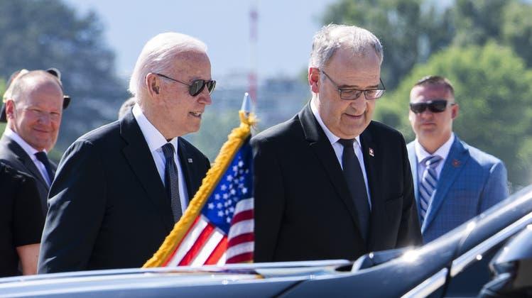 Nie ohne seine Pilotenbrille: Joe Biden, daneben ein seltsam farbloser Bundespräsident Guy Parmelin. (Patrick Semansky)