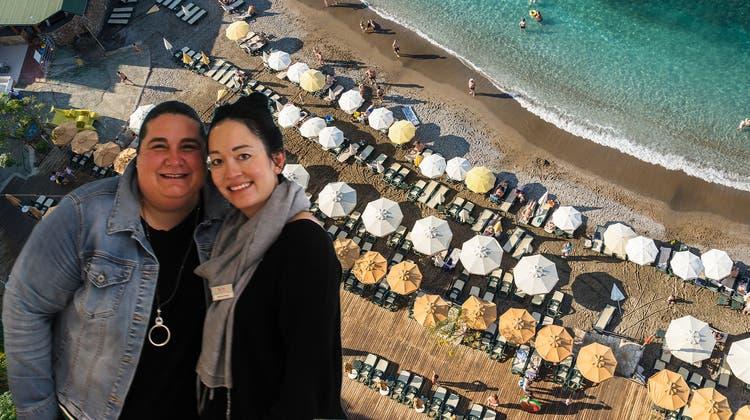 Mit Blick auf einen Strand in den Seychellen: Filialleiterin Antonella Chieffo (links) und MitarbeiterinMichelle Strebel am neuen Standort der Filiale Brugg von TUI Suisse. (Bild: Janine Walthert)