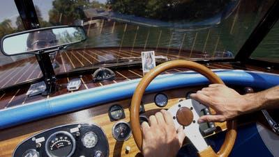 Mit etwas zu viel Druck auf dem Gashebel kann ein Bootsplausch schnell gefährlich werden (Symbolbild). (Hanspeter Bärtschi)