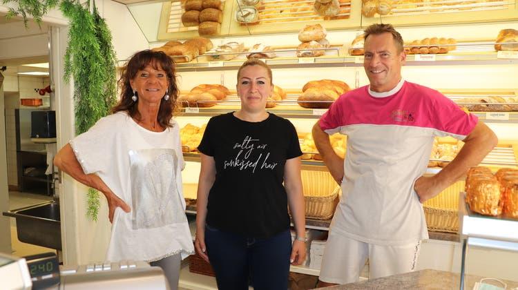 Fürs Foto ohne Maske: Jolanda und Philipp Dietmann verkaufen ihre Bäckerei mit Wohnung an Margita Raja (Mitte). (Flurina Dünki)