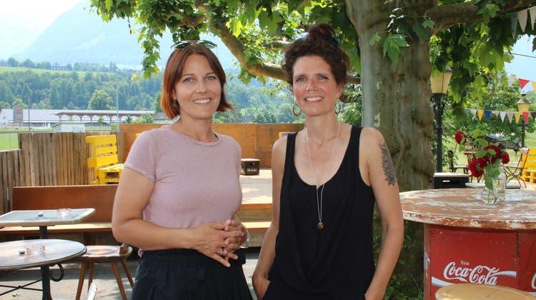 Ein Team der Klasse 4b der Kantonsschule Obwalden dreht einen Film im Hirschen. Von links stehend: Lynn Bösiger, Mithurhia Raselli und Kevin Awuor. (Bild: Marion Wannemacher (Sarnen, 17. Juni 2021))