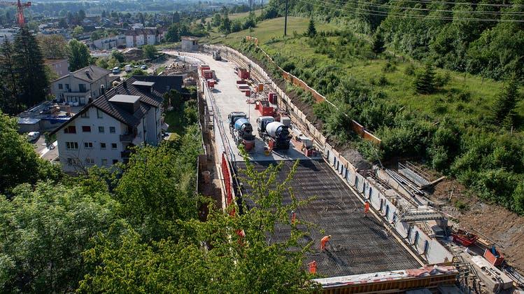 Die Tunneldecke ist betoniert, jetzt startet der restliche Aushub der Ostumfahrung in Richtung «Glocke». (zvg/Erne AG Bauunternehmung)