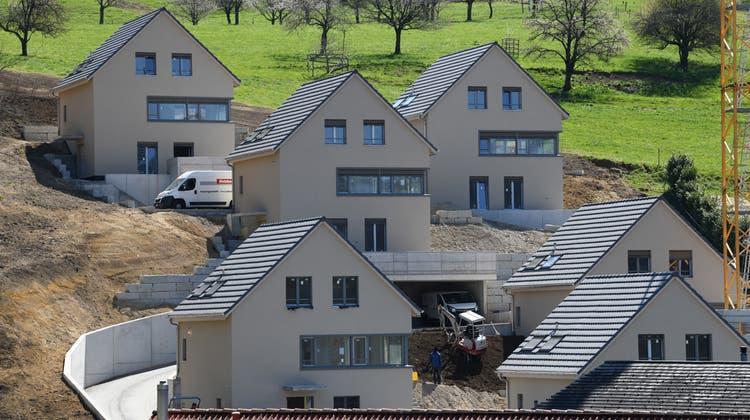 Der Bau von Eigentumswohnungen – wie hier in Duggingen – boomt. Die Steuerfrage mit dem Eigenmietwert ist allerdings ein heisses Eisen. (Bild: Juri Junkov)