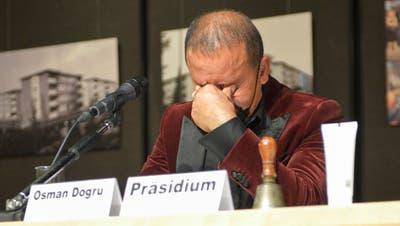 Osman Dogru ist nun für ein Jahr Präsident des Gemeinderates. Nach seiner Wahl zeigte er Emotionen. Er sei stolz, bedankte sich für das Vertrauen und freue sich auf die Herausforderung. (Bild: Kevin Roth)