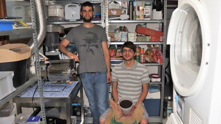 Matthias Burkhardt (links) und Roberto Fantelli sind im Mai 2021 mit ihrer Mikro-Kaffeerösterei «Burkhardt-Kaffee» gestartet. Sie rösten in der Wohnung von Matthias Burkhardt in Schlossrued. (Flurina Dünki /Aargauer Zeitung)