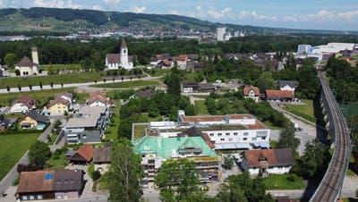 Das Alterszentrum im Vordergrund ist immer noch der evangelischen Kirchgemeinde angegliedert. Die Kirche im Hintergrund trhont über dem AZB. (Bild: Mario Testa)