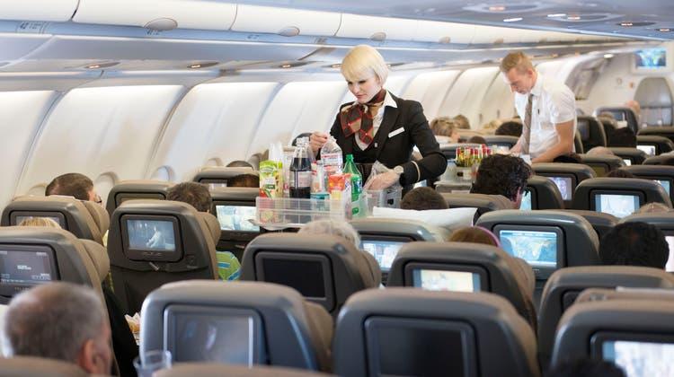 Das Kabinenpersonal der Swiss wird die Begrüssung an Bord künftig anders formulieren. (Christian Beutler / Keystone)