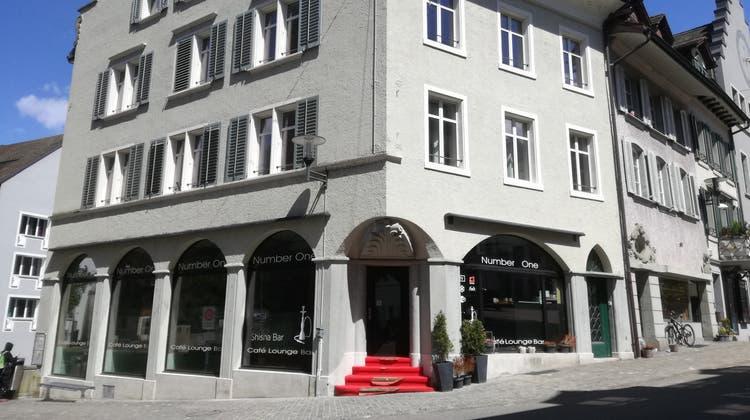 Liegenschaft der Genossenschaft Altstadt an der Hauptstrasse 66: Gewerbelokal und Wohnung darüber sind bald wieder bezugsbereit. (Bild: Claudia Meier (5. Mai 2021))