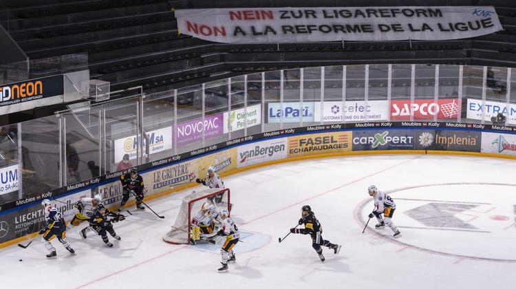 Ein Transparent zur damals geplanten Ligareform in der leeren Fankurve der BCF Arena in Fribourg. (Keystone)