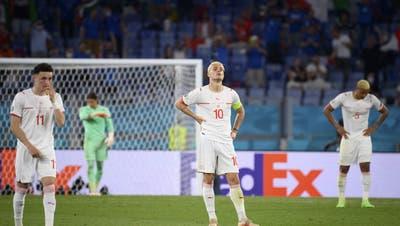 Enttäuschung überall: Die Schweizer unmittelbar nach dem 0:3 gegen Italien am Mittwochabend in Rom. (Jean-Christophe Bott / KEYSTONE)