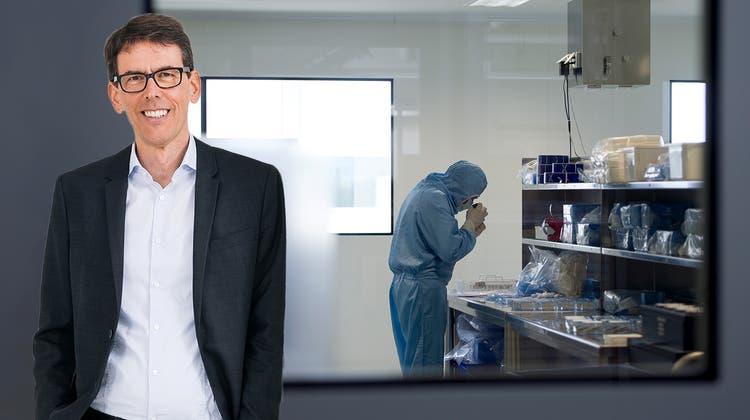 Urs Eggenberger,Co-Leiter der Bundestresorerie, ist als Verwaltungsrat auch bei der Medtechfirma Mathys involviert (hier ein Blick in die Produktion des Unternehmens in Bettlach SO). (Simon Tanner)