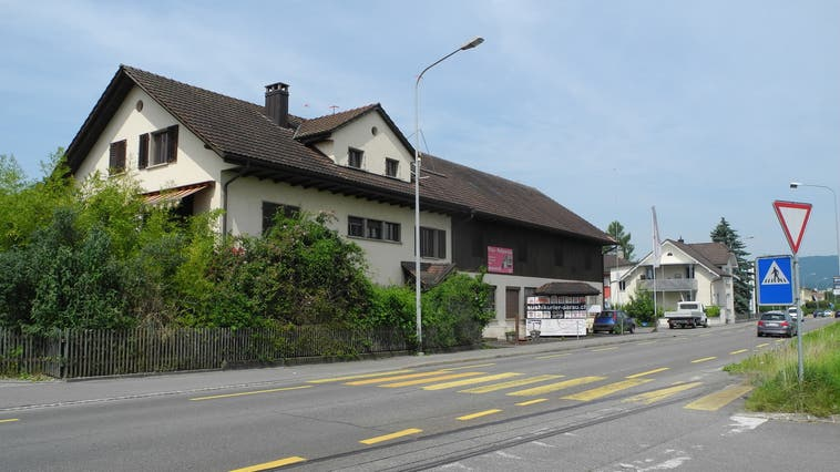 Die Tage der alten Häuser an der Tramstrasse 73 und 75 in Suhr sind gezählt. Sie werden abgerissen und durch ein Wohn- und Gewerbehaus mit Tankstelle ersetzt. (Daniel Vizentini)