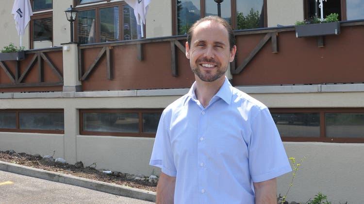 Betreiber Gérard Kuhn steht vor dem Hotel Postillon. (Bild: Florian Pfister (Buochs, 17. Juni 2021))