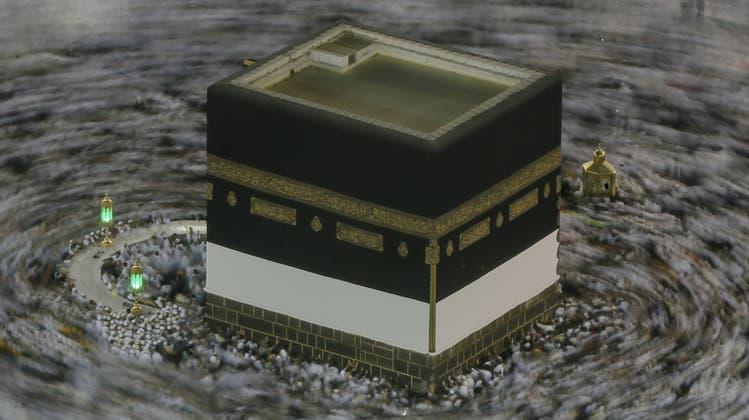 In Mekka befindet sich die Kaaba, eine wichtige Wallfahrtsstätte, die von den Pilgern umrundet wird. Muslimen ist es wichtig, so bestattet zu werden, dass das Gesicht nach Mekka gerichtet ist – auf dem Dietiker Friedhof ist das heute möglich. (Dar Yasin)