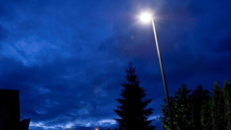 Nachtabschaltung der Strassenbeleuchtung wird geprüft in Schinznach ++ Gemeinderat Riniken hat Brunnen versetzen lassen