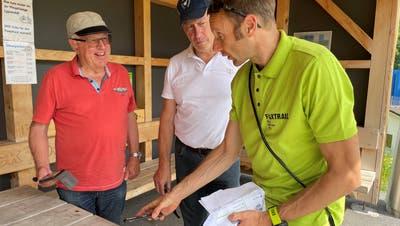 Der Entwickler des Berg-Foxtrails, Jochen Maier (rechts), erklärt den Test-Teilnehmern Sepp Germann und Fritz Grob (Mitte), wie die Onlinehilfefunktionieren würde. (Bild: Sabine Camedda)