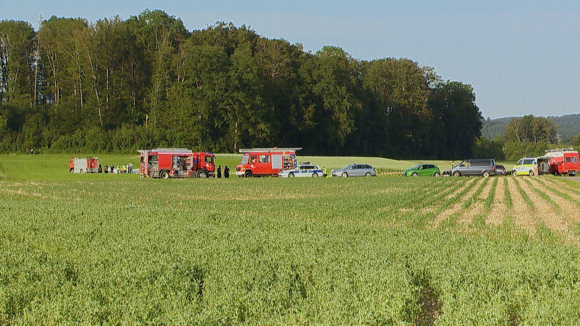 Eine ganze Kolonne an Einsatzkräften aus Polizei und Feuerwehr am Unfallort.