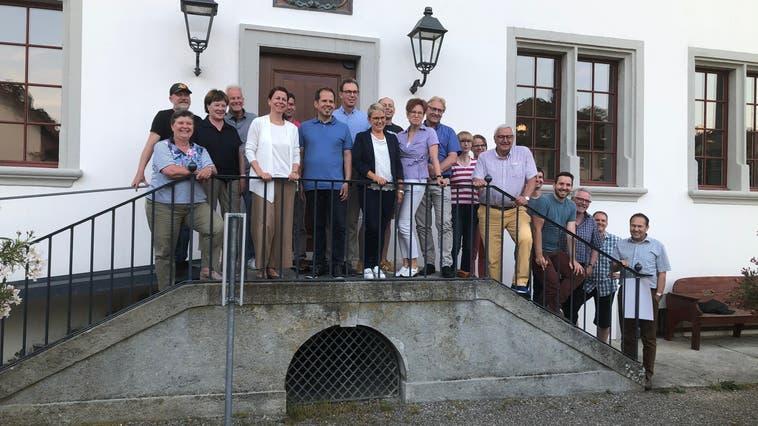 Die Gemeindemitglieder sowie Gäste versammelten sich nach der Generalversammlungin Schöftland beim Restaurant Schlossgarten. (Foto: Cynthia Mira)