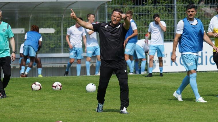 Findet er die richtigen Worte? FC-Dietikon-Cheftrainer Daniel Tarone und sein Team sind heute Nachmittag gefordert. (Ruedi Burkart)