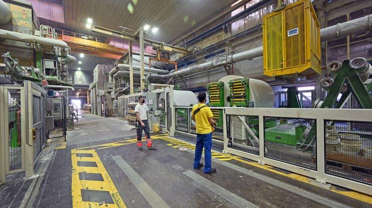 Zwei gewaltige Papiermaschinen machen aus Altpapier respektiveFrischzellstoffein einlagiges Papier, das auf sogenannten Mutterrollen aufgewickelt wird. (Bruno Kissling)