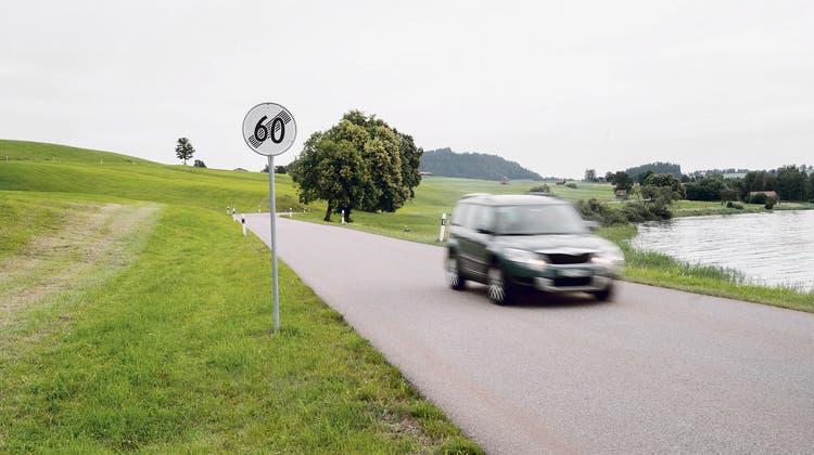 Ein Bild aus früheren Zeiten: Auf diesem Streckenabschnitt am Sihlsee in Einsiedeln darf man nur noch mit 60 Stundenkilometern fahren. (Bild: Einsiedler Anzeiger)