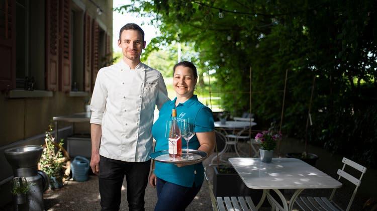 Unkompliziert, aber auf höchstem Niveau: Die Gourmetköche Svenja Bellmann und Adrian Nessensohn begeistern im Restaurant Helvetia. (Bild: Benjamin Manser)