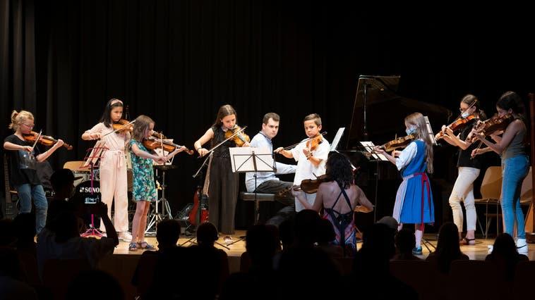 Den Auftakt zum Jahreskonzert bestritt das Blockflöten-Ensemble der Kantischülerinnen. (Alex Spichale)