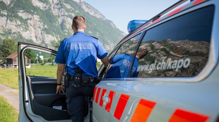 Die Kantonspolizei Glarus untersucht die Umstände des Todes einer 61-jährigen Berggängerin. (Keystone)