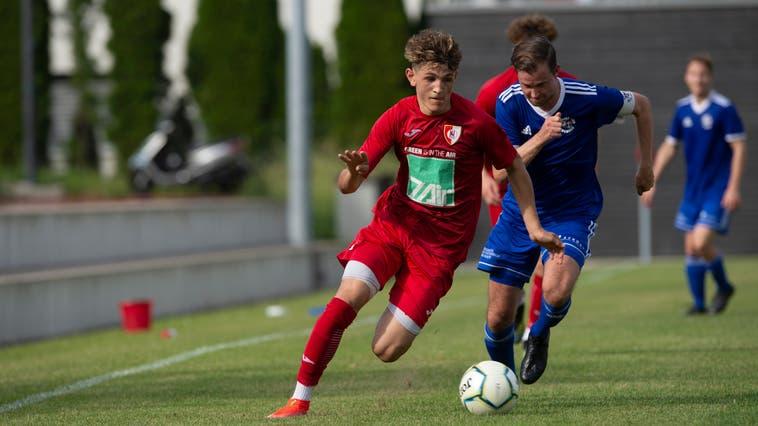 Hergiswil bleibt im Rennen um den Aufstieg in die 1. Liga: Hier überläuft der Nidwaldner Shan Meyer den Brunner Pascal Odermatt (rechts). (Dominik Wunderli (Hergiswil, 19. Juni 2021))
