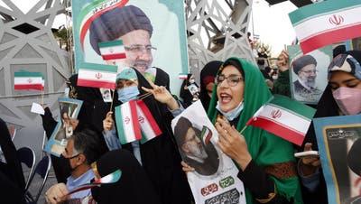Anhänger des neuen iranischen Präsidenten Ebrahim Raisi feiern am 19. Juni 2021. (Bild: Keystone/ Abedin Taherkenareh / EPA)