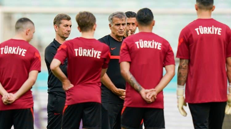 Şenol Güneş (Mitte) ist seit den schwachen Auftritten als Türkei-Coach angezählt. (Freshfocus)
