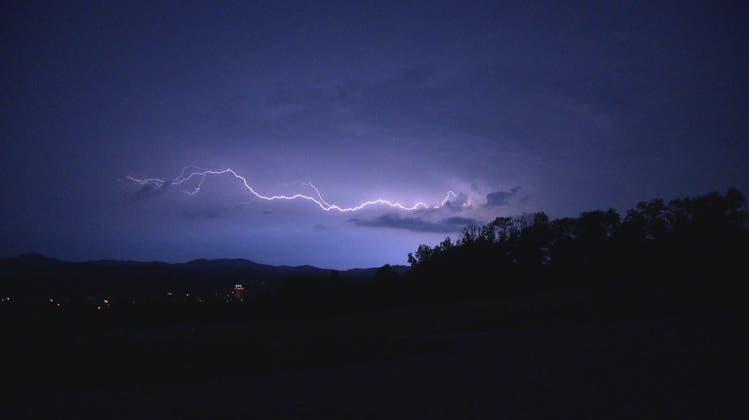 Tausende Blitze erhellten am Freitag Abend den Himmel über dem Grossraum Zürich. (BRK News)