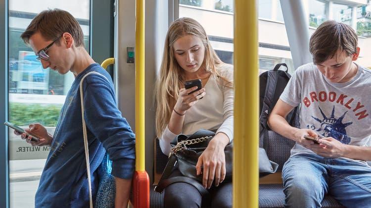 Dank eines Gutscheins sollen in Basel-Stadt mehr junge Erwachsene Bezahlmedien abonnieren. (Christof Schuerpf / KEYSTONE)